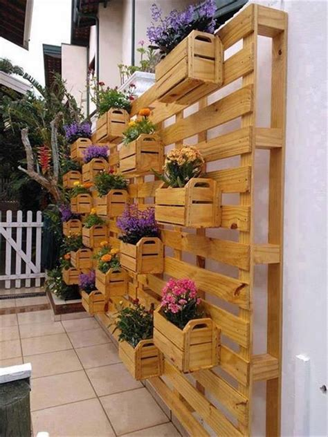 10 Things To Build With Pallets Recycled Things Pallet Garden Wall