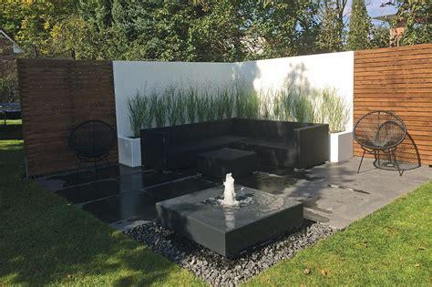 moderne gartenbrunnen moderner gartenbrunnen auf der terrasse zusammen mit