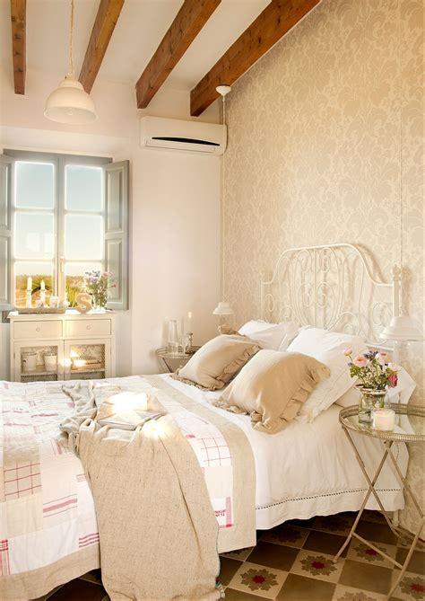decorar dormitorio con cama de hierro mesillas de noche para el dormitorio