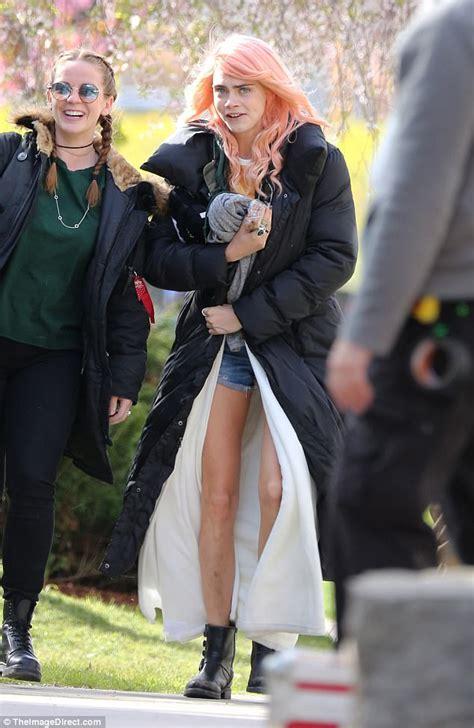 film remaja di lu merah di sela sela syuting cara delevingne lepas wig merah muda