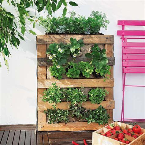 Vertical Garden Balcony How To Build A Pallet Vertical Garden And A Diy Plastic