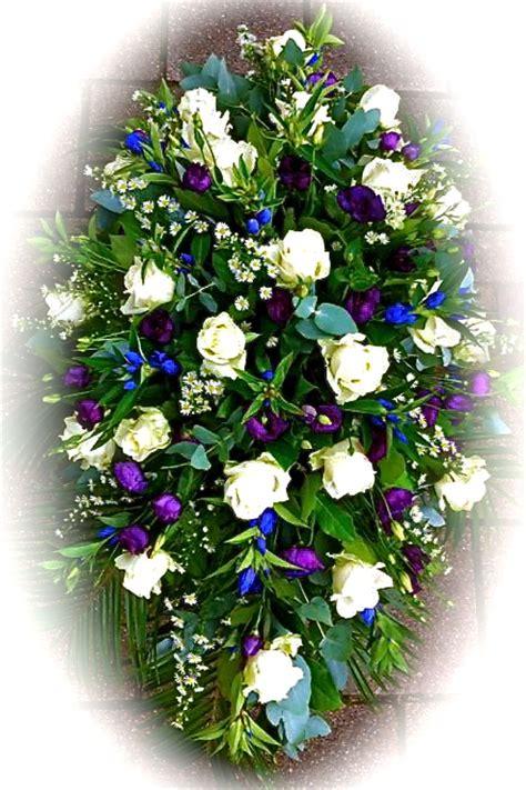 bloemen bezorgen in restaurant rouwboeket wit paars blauw rozen lisianthus gentianen
