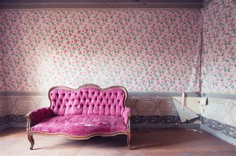 altes sofa damaged in an antique house flowers