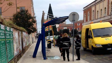 ufficio anagrafe formia danneggiata la pensilina degli autobus in piazza