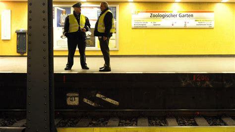 Zoologischer Garten Polizeieinsatz by Person Ger 228 T Unter U Bahn Unterbrechung Der U2