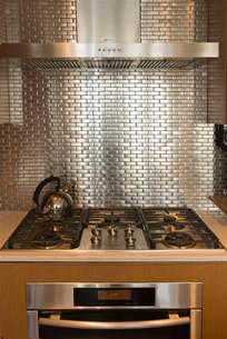 Metallic Tile Backsplash Ideas by Un Dosseret De Cuisine Tendance Et Moderne En M 233 Tal