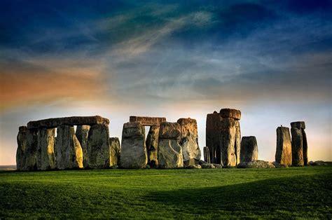 famous landmarks zoomed   show  surroundings
