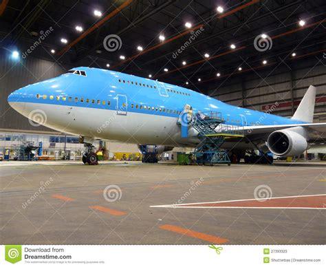 Hangar Avion by Avion Pendant La Maintenance Photos Stock Image 27393323