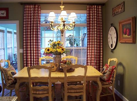red  green dining rooms   holidays