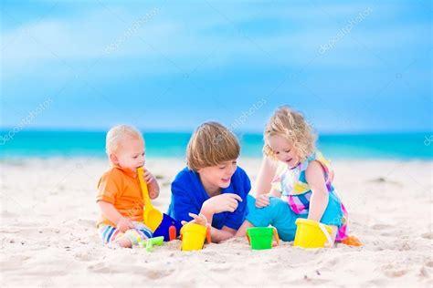 imagenes de niños jugando en la playa tres ni 241 os jugando en la playa foto de stock