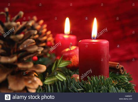 foto candele accese corona di avvento due candele accese foto immagine