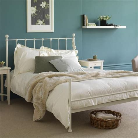Decorating Bedrooms With Metal Beds by Best 25 White Iron Beds Ideas On Vintage Bed