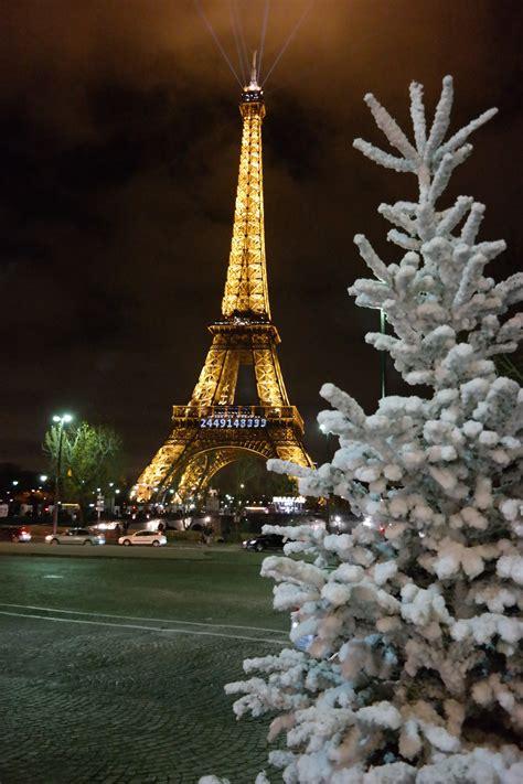 torre eiffel illuminata natale parigi natalizia viaggi vacanze e turismo turisti per caso