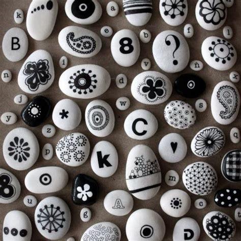 Motive Mit Buchstaben by Bemalte Steine Mit Schwarzen Motiven Blumen Und
