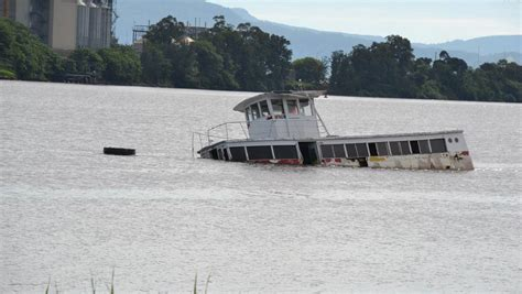 boat sinking wollongong harbour nowra rms working with owner to remove sunken boat