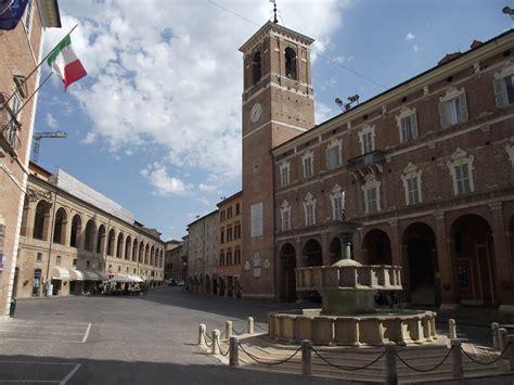 marche fabriano file fabriano piazza comune 3 jpg wikimedia commons