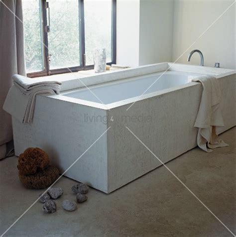 Badewanne Am Fenster by Designer Badewanne Vor Fenster Und Steine Auf