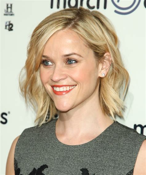 reese witherspoon short wavy casual hairstyle light