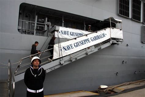 portaerei garibaldi taranto la grande nave grigia da taranto a ventotene