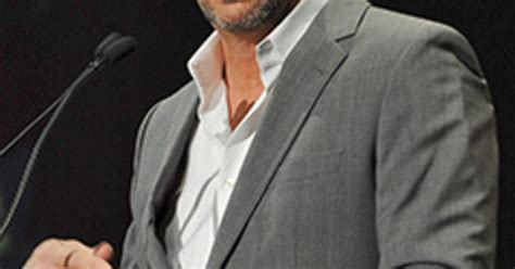kevin costner applauded for emotional speech at