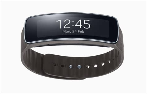 samsung presents gear fit a smart bracelet with curved