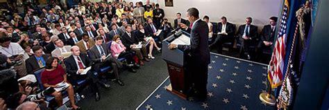 white house press briefing room steven spielberg s the post casts tom hanks and meryl streep