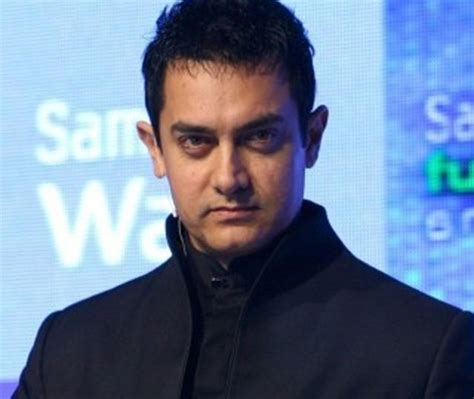 Bollywood Star Aamir Khan leaves for Hajj with mother ...