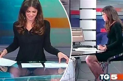 segretarie sotto la scrivania giornalista quot tradita quot dal tavolo trasparente apre le
