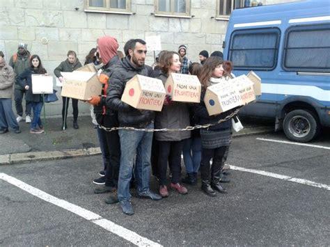 ufficio stranieri bologna non frontiere in catene davanti all ufficio