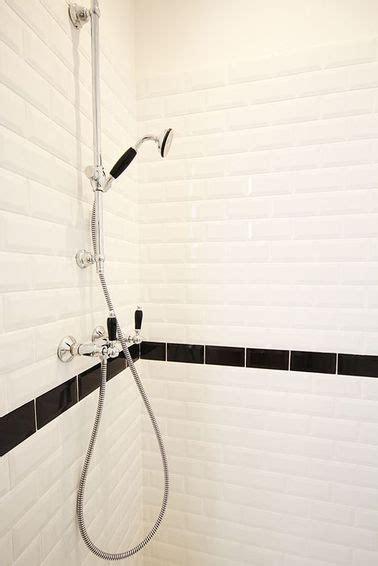 Superbe Percer Carrelage Salle De Bain #2: carrelage-metro-avec-frise-noire-dans-douche.jpg