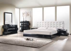 contemporary style bedroom set with white leatherette