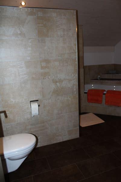 badezimmer dekorplatten badezimmer mit graffiti dekor platten und exklusiver badewanne
