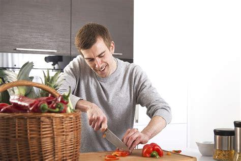 hombre cocinando la ingesta de los pigmentos vegetales carotenoides aumenta