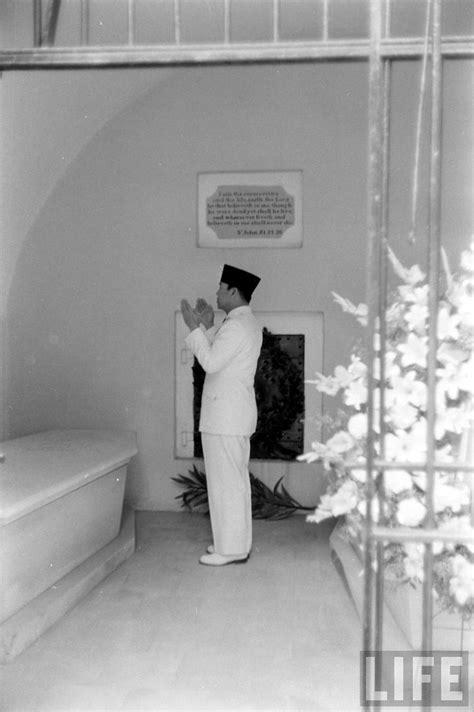 Jatuhnya Sang Imam foto soekarno 34 pena soekarno