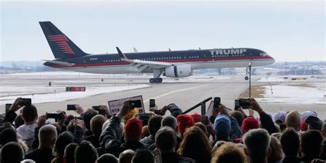 trump s plane donald trump s plane landing in iowa business insider