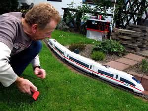 modelleisenbahn garten modellbahn 180 meter mini gleis im garten ruhr nachrichten