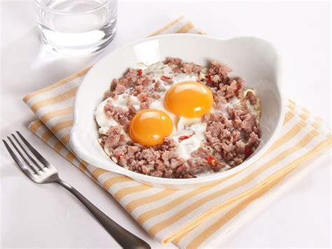 come cucinare salsiccia al forno ricetta uova al forno con salsiccia donna moderna