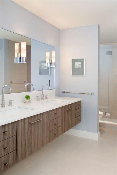 Badezimmer Unterschrank Streichen by Badezimmer Ohne Fliesen Farbe Pastellblau Holz Waschtisch