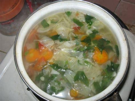 membuat sayur sop
