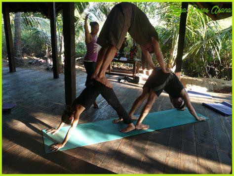 imagenes de yoga acrobatico yoga poses 4 person yoga poses asana yogaposesasana com