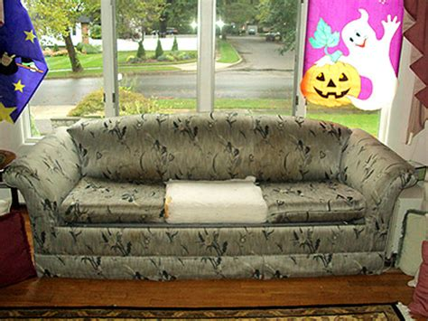 ugly couch show the ugliest couches of 2010 28 pics izismile com