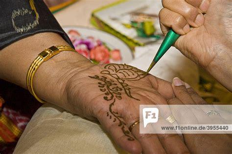henna tattoo handinnenseite indisches henna in der handinnenseite