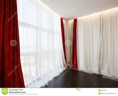 tende rosse finestra salone con le tende rosse immagine stock