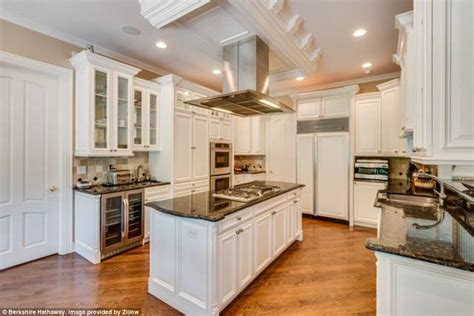 85 ideas about kitchen designs with islands theydesign chicago bulls legendary player scottie pippen s illinois