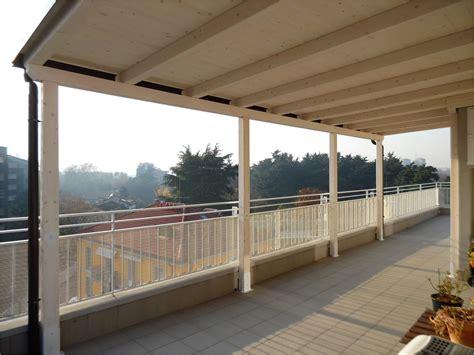 tettoie in legno per terrazzi griglie in legno per balconi