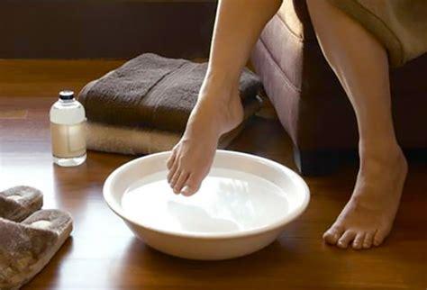Distilled White Vinegar Detox Bath by Healing Rejuvenating Vinegar Foot Soaks Home Remedies