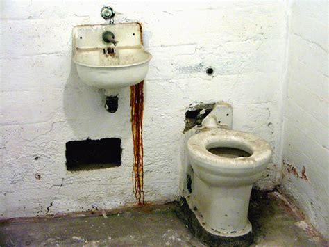 prison toilet and i m a rockstar get me outta here alcatraz prison 1st