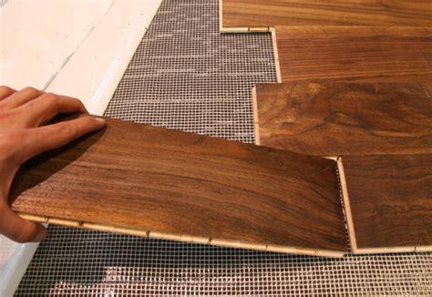 piastrelle come parquet posa pavimenti in legno installazione materassini per posa