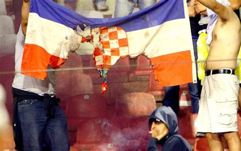 jogo da servia s 233 rvia empata a cro 225 cia e torcedores queimam bandeira