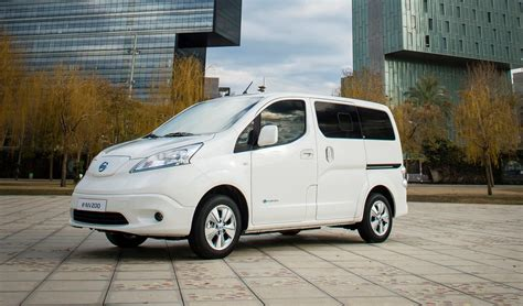 nissan minivan 2018 nissan e nv200 electric van gets longer range battery